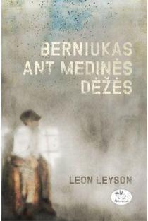 Berniukas ant medinės dėžės | Leon Leyson